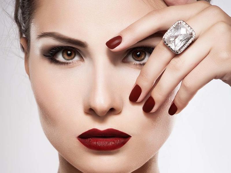 Kadın parmağında elmas yüzük