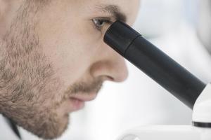 Gemolog Pırlanta İnceliyor